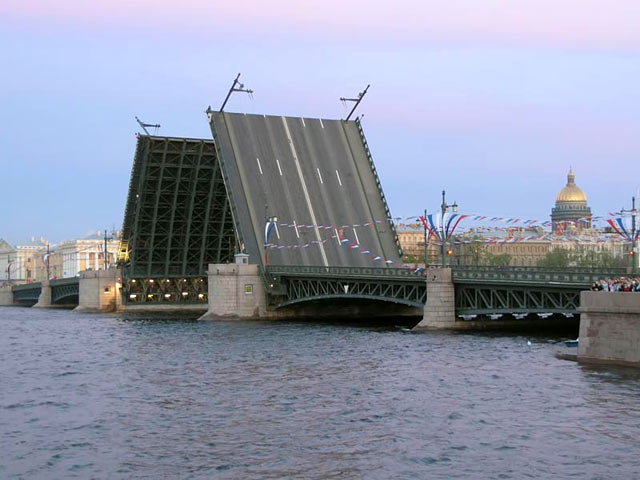 Photo divorced Palace Bridge in St. Petersburg.